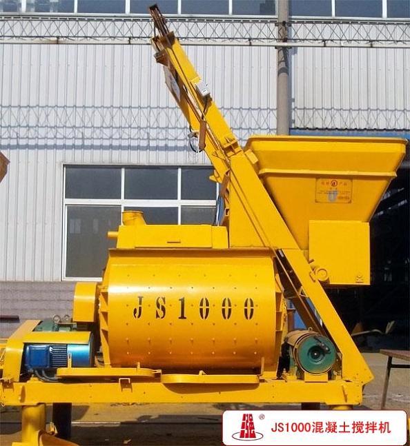 三强建机JS1000混凝土搅拌机,通过ISO9001质量管理体系认证,免费提供混凝土搅拌站报价、选型、工艺设计、图纸、技术指导!  咨询热线:156-3880-7378 适用范围 JS1000混凝土搅拌机采用横轴对向强制搅拌,是一种多用途的混凝土搅拌设备,可搅拌各种塑性、干硬性、轻骨料混凝土和砂浆、石膏等。适用于一般建筑工地、道路、桥梁、水电等工程和中小型预制机件厂、制品厂、搅拌站等场所。 产品说明 JS1000强制式混凝土搅拌机,出料1方,也称为1方混凝土搅拌机。JS1000混凝土搅拌机(强制式)可搅拌